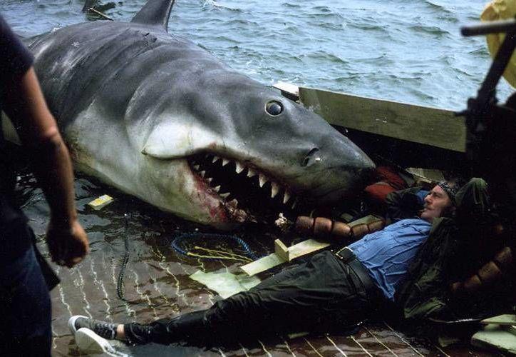 Tiburón, tal vez la primera gran película en términos de taquilla, vio la luz en 1975. Ahora vuelve a los cines de EU. En la foto, filmación de una de las escenas. (cinemania.es)