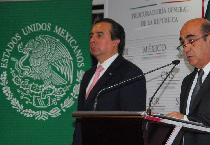Tomás Zerón y el procurador General de la República, Jesús Murillo Karam, ofrecieron la conferencia de prensa. (Foto: Archivo Notimex)