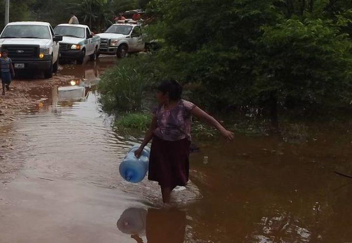 Muchos caminos se encuentran cubiertos de agua en la zona. (SIPSE)