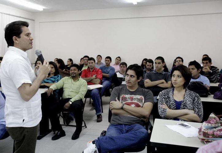 Sahuí Rivero durante el diálogo con universitarios. (SIPSE)
