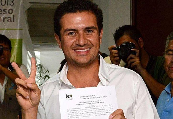 Miguel Ángel Yunes Márquez recibió el documento que lo acredita como alcalde de Boca del Río. (Milenio)