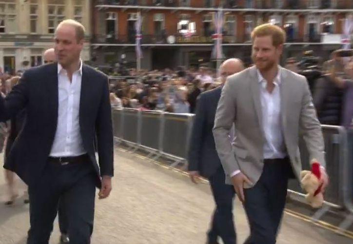 Los príncipes dieron un recorrido y saludaron a los británicos que esperan para la boda. (El País)