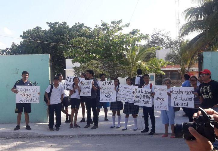 La comunidad educativa realizó una protesta pacífica. (Sajhid Domínguez/SIPSE)