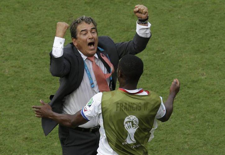 Jorge Luis Pinto, entrenador de Costa Rica, celebró eufórico el pase a octavos de final. (AP)