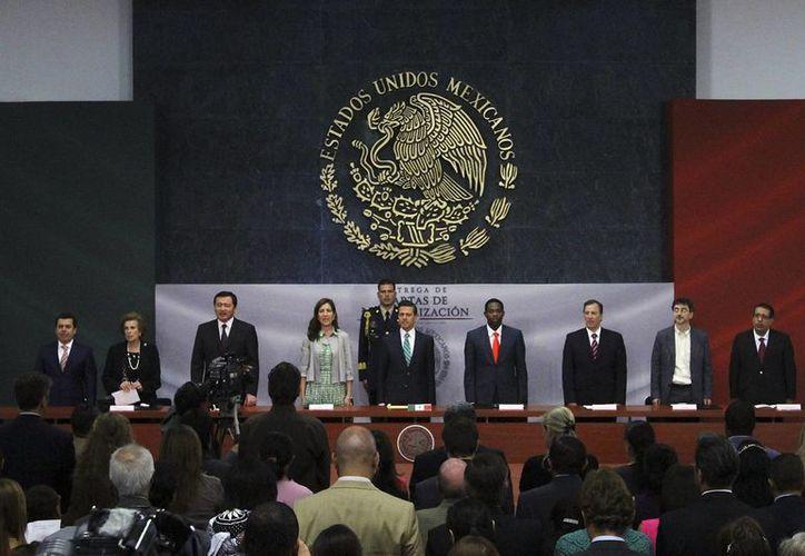 Imagen de la entrega de 21 cartas de naturalización a nuevos ciudadanos mexicanos, por parte del presidente Enrique Peña Nieto, el 16 de abril de 2014. (Foto Archivo/Notimex)