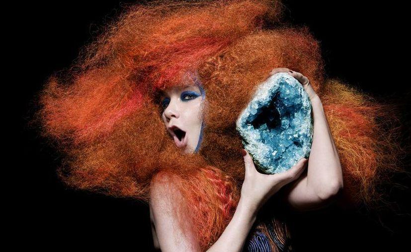 La siempre innovadora Björk volvió a ser vanguardista a través de su álbum Biophilia, en el que sus fans no solo escuchan pasivamente su música sino que participan activamente en ella. (indiespot.es)