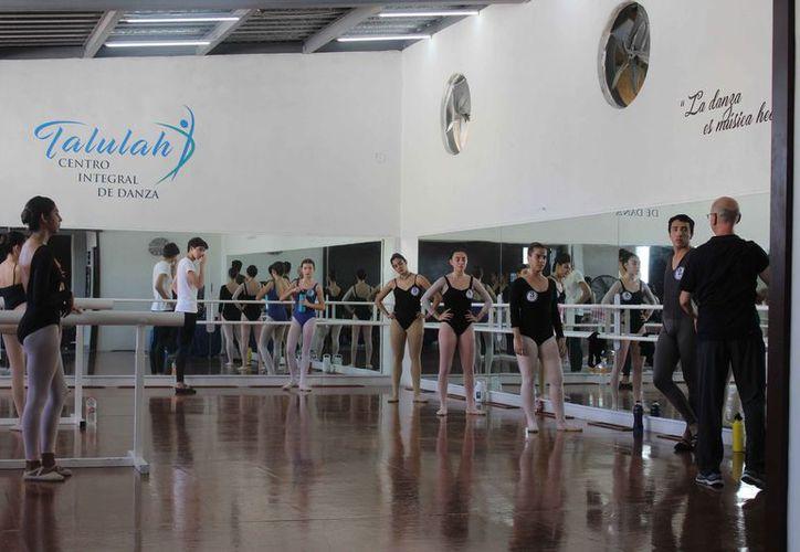 Las clases son usadas como audiciones para seleccionar a algunos alumnos o alumnas. (Faride Cetina/SIPSE)