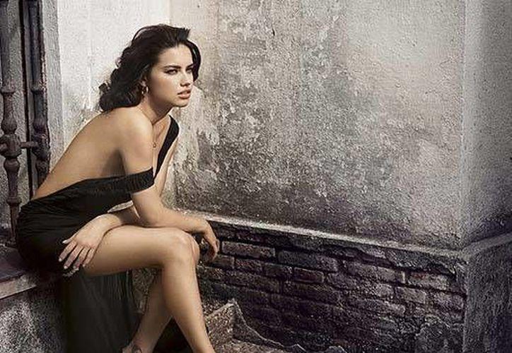 La modelo Adriana Lima comentó que ella mantiene una dieta en base a consumo de jugos naturales. (Archivo/AP)