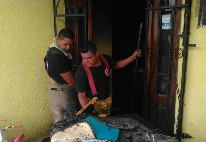 El Heroico Cuerpo de Bomberos de Cancún se encargó de apagar el fuego. (Redacción/SIPSE)