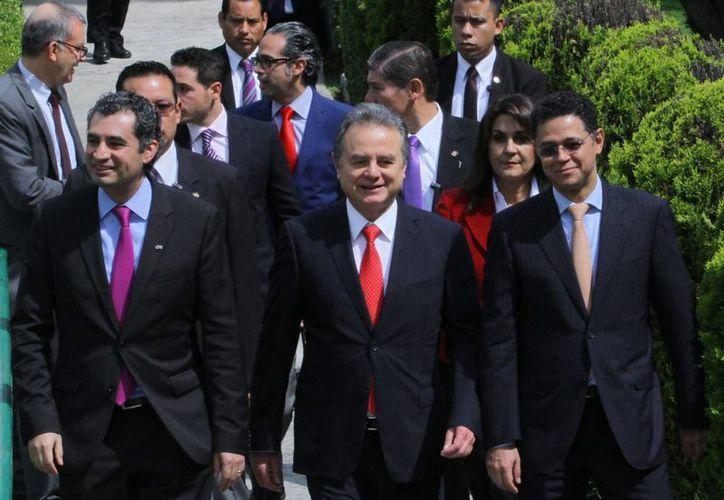 El director de la CFE, Enrique Ochoa (izq) y el secretario de Energía, Pedro Joaquín Coldwell (c), a su llegada a la presentación de las Rondas Cero y Uno de la Reforma Energética. (Notimex)