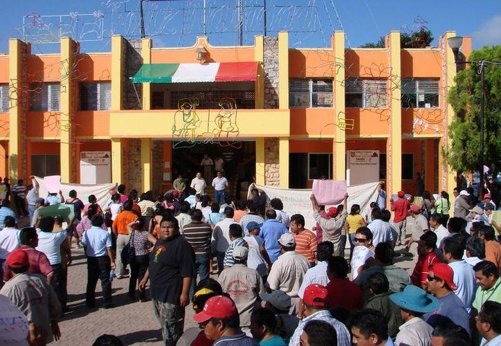 El paro de los obreros frente al Ayuntamiento fue suspendido. (Manuel Salazar/SIPSE)