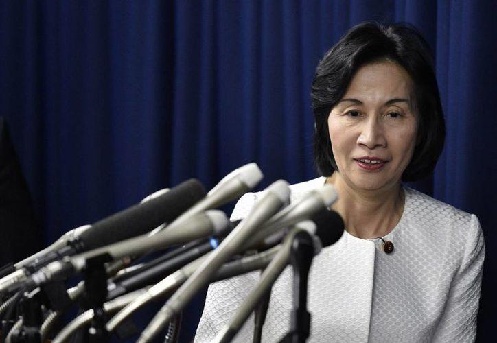 La ahora ex ministra de Justicia, Midori Matsushima, ofreció una rueda de prensa tras su dimisión hoy en Tokio. (EFE)