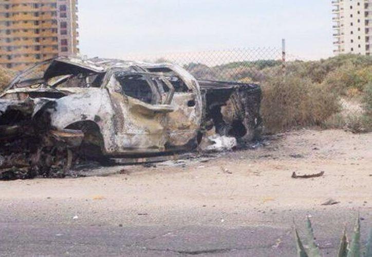 Dos de los presuntos delincuentes perdieron la vida tras volcarse en la unidad en la que huían, esto, al impactar el auto en un muro. (Milenio)