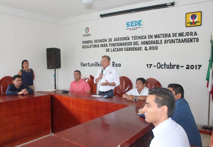 El alcalde encabezó la reunión de asesoría técnica en materia de mejora regulatoria. (Gloria Poot/SIPSE)