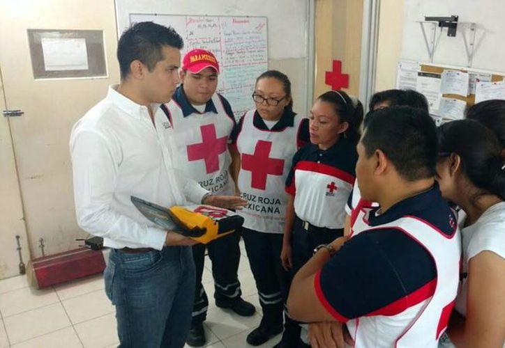 Imagen de la entrega del equipo que se encontraba en desuso. El Desfibrilador Externo Automático se instaló en la base de ambulancias de la Cruz Roja, en el centro de Mérida. (Milenio Novedades)
