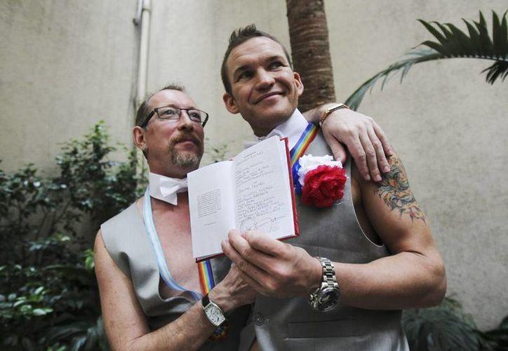 Alexander (izq) y Dimitri (der), cumplieron su sueño al contraer matrimonio en Buenos Aires, Argentina. (EFE)