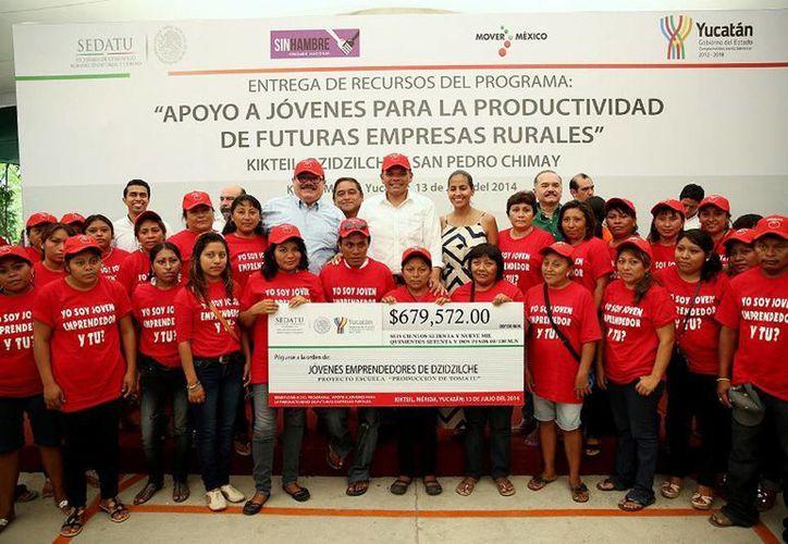 El Gobernador (c) entregó apoyos económicos a jóvenes emprendedores del sector rural para impulsan proyectos de producción de chile habanero y tomate, así como cría de camarón. (Cortesía)
