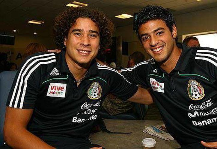 El Tri ya contempla a Ochoa (i) y a Vela para jugar los últimos dos duelos de eliminatoria mundialista. (espn.go.com)