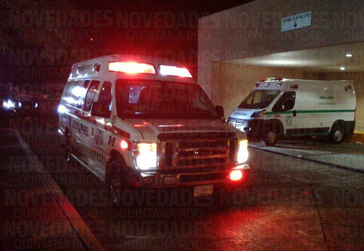 Paramédicos trasladaron al lesionado al hospital. (Foto: Redacción/SIPSE)