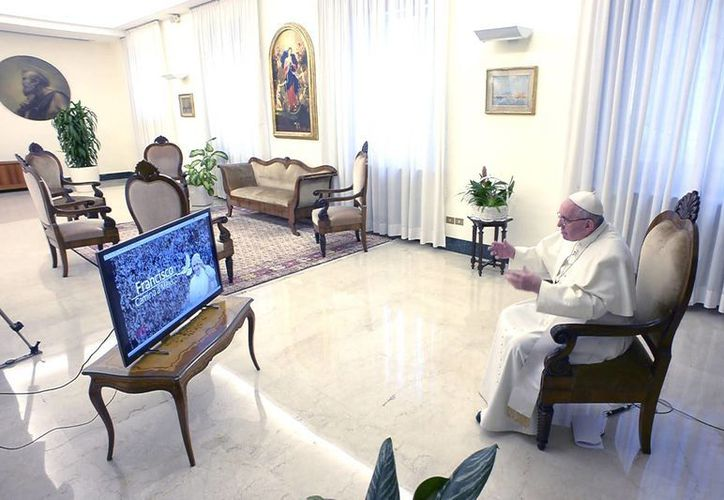 Desde su residencia en Santa Marta, Francisco siguió con atención los mensajes de 33 mexicanos sobre sus dudas y preocupaciones. (Notimex)