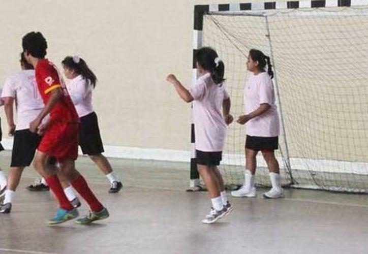El partido altruista entre niños y niñas se realizó en la Unidad Deportiva de la colonia Inalámbrica. (Milenio Novedades)