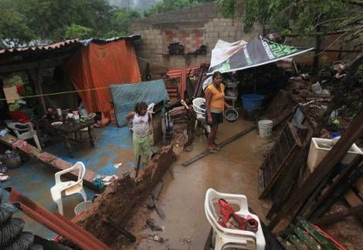 En la comunidad de Papa Gallo de Tierra Colorada, cerca de Acapulco, el huracán Raymon provocó encharcaminetos en la colonias que a penas se recuperan de 'Ingrid' y 'Manuel'. (Agencias)