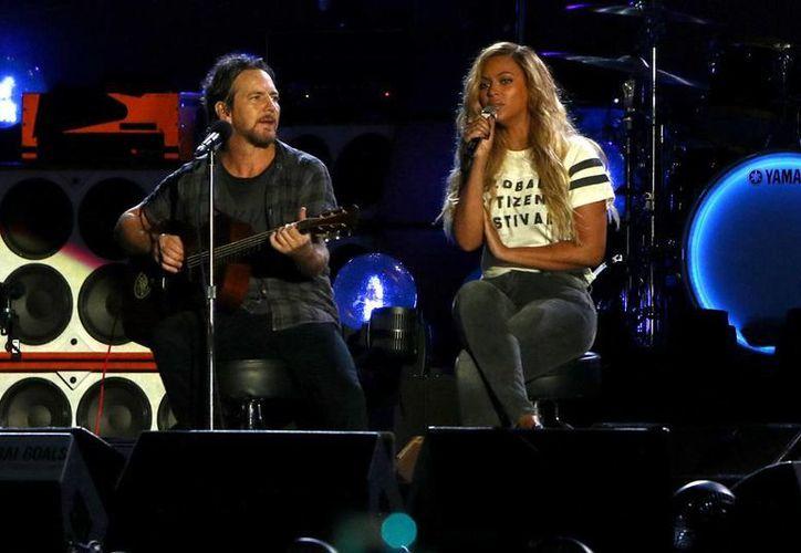 Eddie Vedder, de Pearl Jam, y Beyonce durante su actuación en el festival Global Citizen, este sábado en el Central Park de La Gran Manzana. (Imágenes de AP)