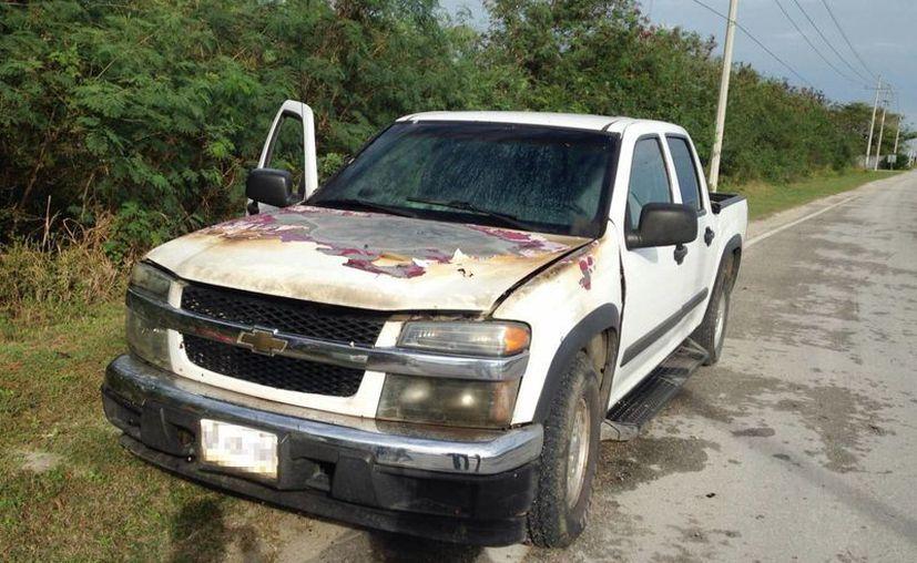 Imagen de la camioneta incendiada en el km. 16 en la carretera Mérida-Progreso. No se reportaron lesionados. (Milenio Novedades)
