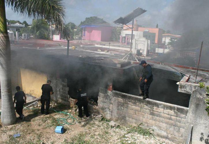 Derriban parte de una pared de la vivienda para rescatar a la mujer de 94 años de edad. (Harold Alcocer/SIPSE)