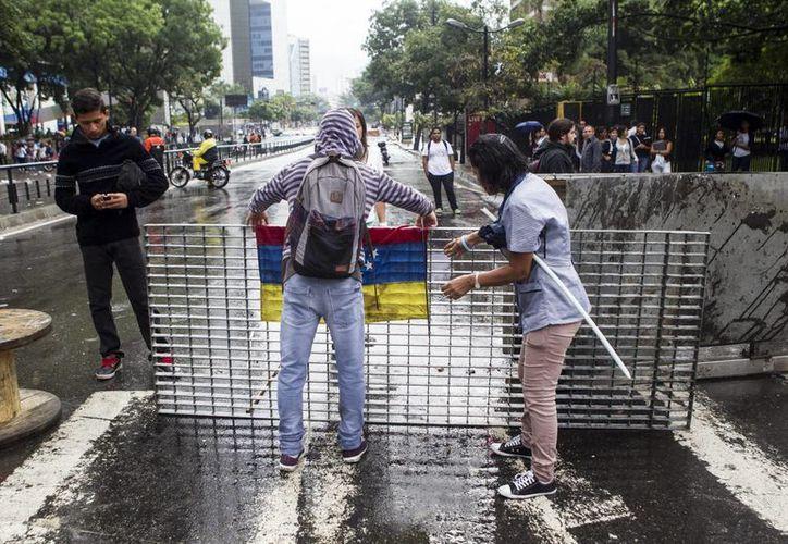 Un grupo de manifestantes en la Avenida Francisco de Miranda en el sector Los Palos Grandes el  jueves 8 de mayo, en Caracas . (Archivo/EFE)