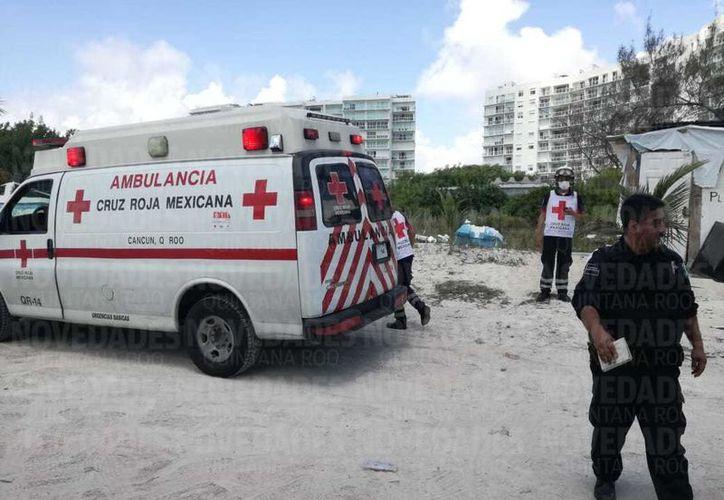 Los paramédicos de la Cruz Roja, confirmaron el deceso. (Orville Peralta/SIPSE)