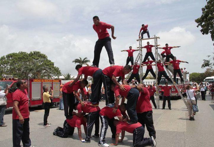 Los ciudadanos disfrutaron de la demostración de los bomberos. (Tomás Álvarez/SIPSE)