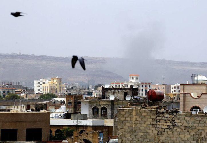 Columnas de humo después de que la coalición liderada por Arabia Saudí bombardeó una posición de hutíes en Saná, Yemen. (EFE)