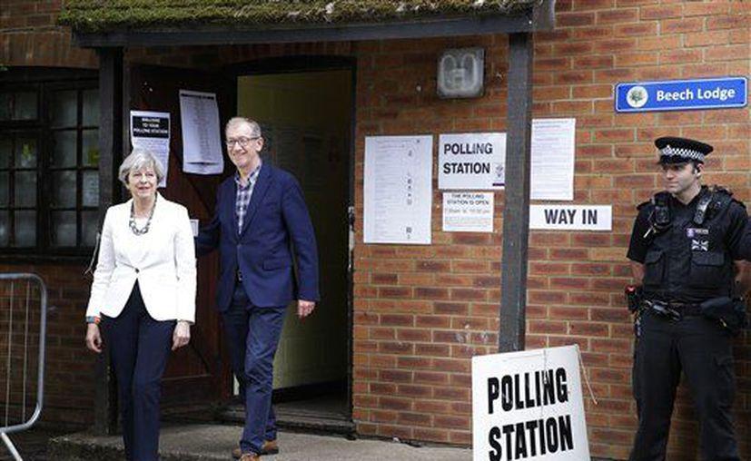 La primera ministra de Gran Bretaña, Theresa May, y su esposo Philip (Foto: AP)