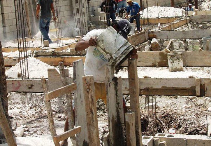 Los alarifes trabajan generalmente en condiciones poco seguras e insalubres, acusa un exconsejero del Ayuntamiento de Tulum. (Rossy López/SIPSE)