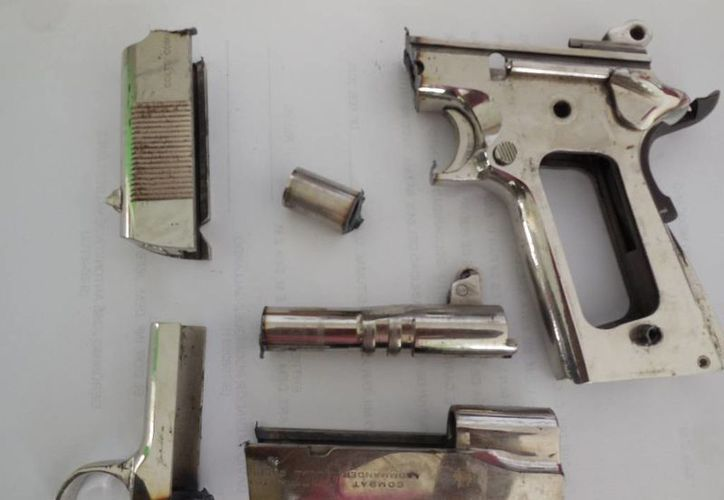 Las armas se cambian por dinero en efectivo o despensas. (Harold Alcocer/SIPSE)