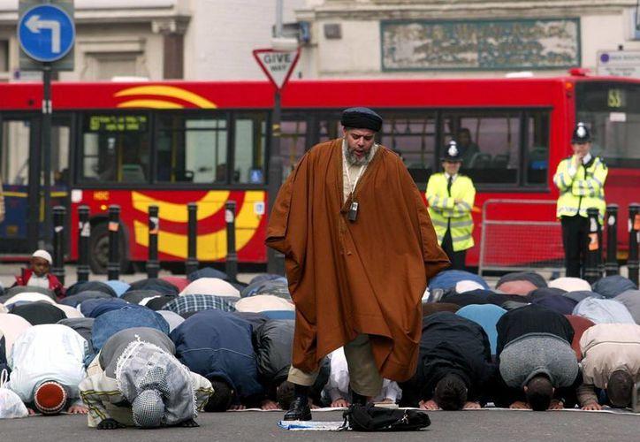 Musulmanes orando en la emblemática plaza londinense Trafalgar Square. (vosizneias.com)