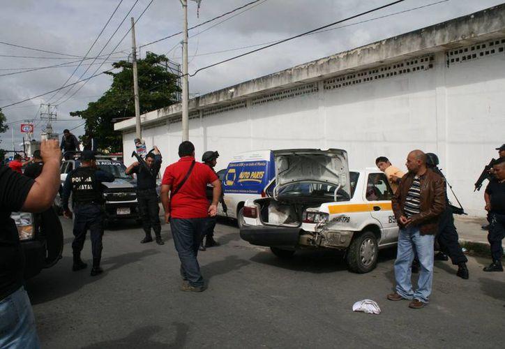 Elementos de la Policía Judicial, Estatal y Municipal implementaron un operativo mismo que culminó en el cruzamiento de la Calzada Veracruz entre San Salvador y Venustiano Carranza. (Redacción/SIPSE)