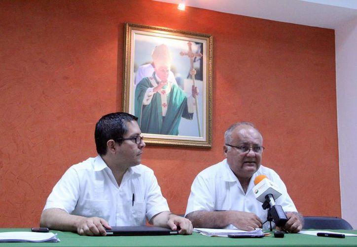 Imagen de la rueda de prensa donde los sacerdotes Jorge Martínez Ruz y Fernando Sacramento Ávila dieron a conocer pormenores del evento de la ceremonia para el nuevo arzobispo de Yucatán. (José Acosta/SIPSE)