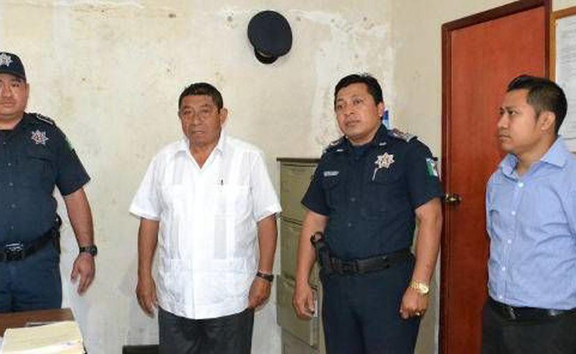 El alcalde Sebastián Uc Yam le dio la bienvenida al titular interino. (Redacción/SIPSE)