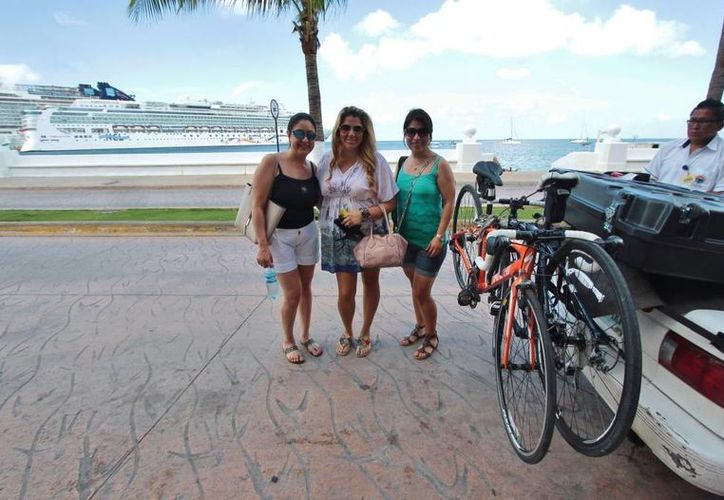 Mayra, Martha y Elia llegaron desde el norte de México para participar en el evento deportivo. (Gustavo Villegas/SIPSE)