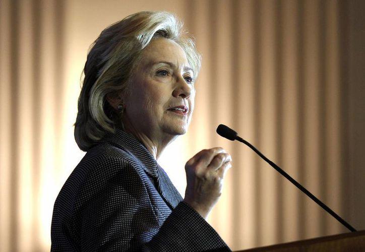 La exsecretaria de estado Hillary Clinton charla tras recibir el premio Lantos 2013 a los Derechos Humanos durante una ceremonia en el Capitolio en Washington en una fotografía del 6 de diciembre de 2013. (Agencias)