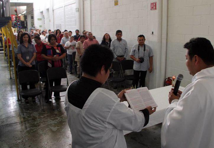 El Pbro. Raymundo Pérez Bojórquez presidió la ceremonia en honor a la Virgen de Guadalupe. (José Acosta/SIPSE)