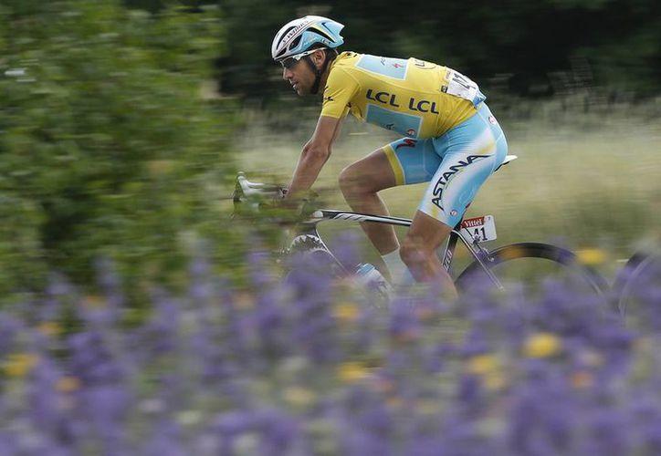 Una vez que se aseguró que ninguno de sus perseguidores le descontó tiempo, Vincenzo Nibali cruzó la meta para ubicarse líder de la clasificación general. (AP)