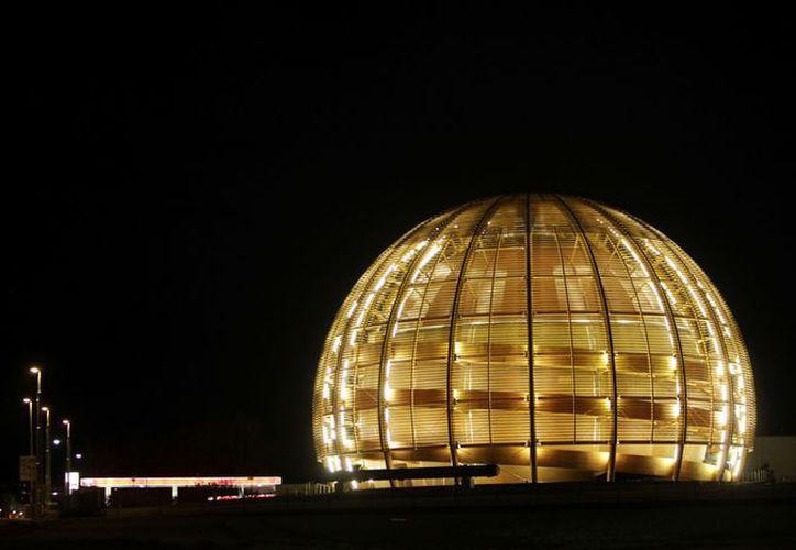 Imagen del globo iluminado de la Organización Europea para la Investigación Nuclear, CERN, afuera de Ginebra, Suiza. (Agencias)