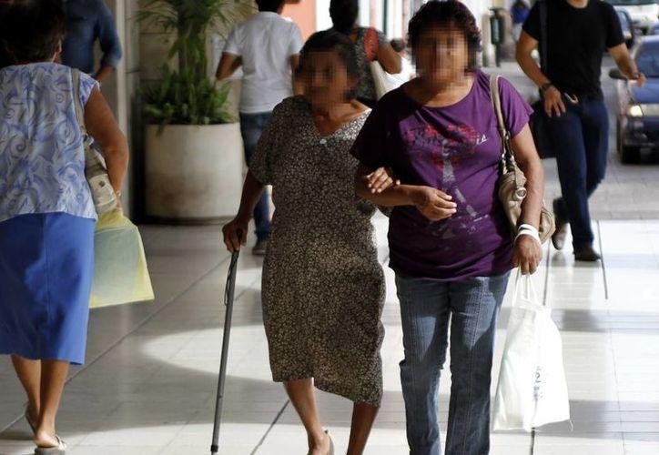 Reportan que las mujeres, son las principales cuidadoras de los adultos mayores enfermos. (Milenio Novedades)