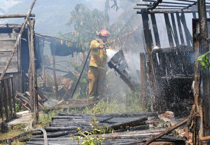 Elementos de bomberos sofocaron el incendio. (Eric Galindo/SIPSE)