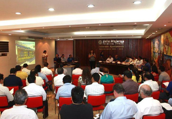 El Comité Municipal de Desarrollo Urbano y Vivienda de Isla Mujeres durante su sesión. (Lanrry Parra/SIPSE)