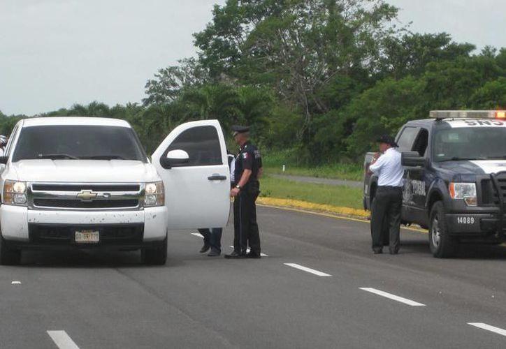Uno de los conductores explicó a los policías lo que estaban haciendo. (Redacción/SIPSE)