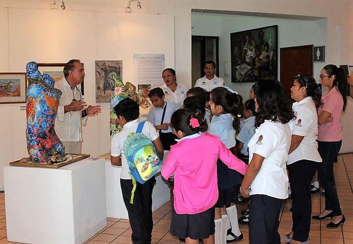 """La Fundación de Parques y Museos de Cozumel  llevo a cabo visitas guiadas a la exposición pictórica """"Las Voces de la Olas"""". (Redacción/SIPSE)."""